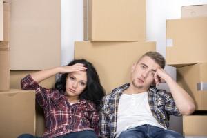 Paar gestresst vom selber umziehen